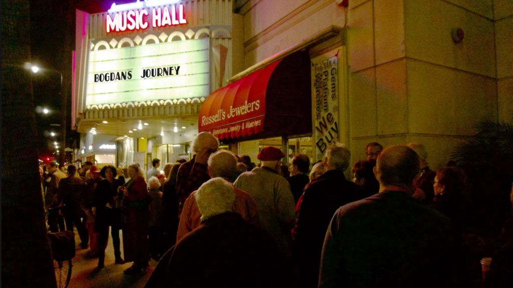 People lining up to Laemmle Theatre in Los Angeles